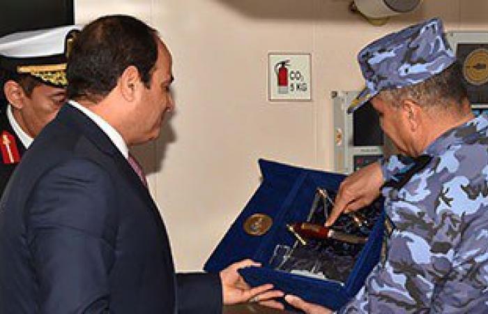 """بالصور..قائد القوات البحرية يسلم السيسي سلاح """"الضفادع البشرية"""" كهدية تذكارية"""