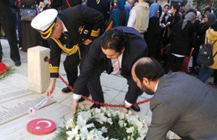 بالصور.. قنصل تركيا بالإسكندرية يضع إكليل زهور على قبر الشهداء بسيدى بشر