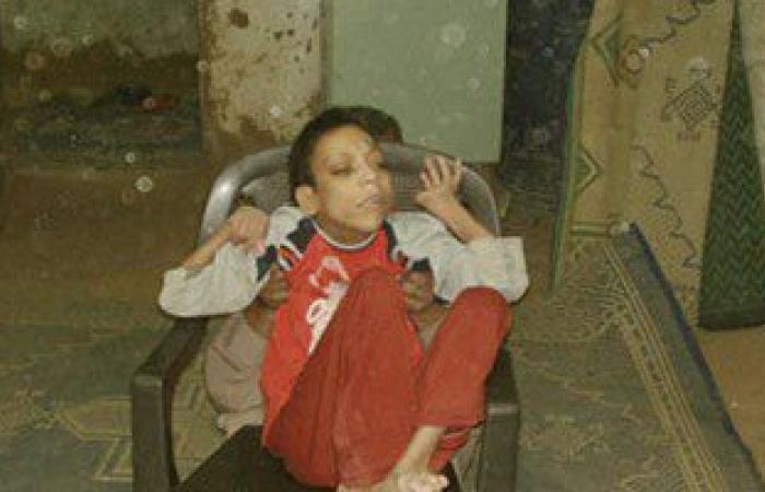 بالصور.. والد شاب معاق يناشد محافظ الوادى الجديد بإعفائه من قومسيون التجنيد