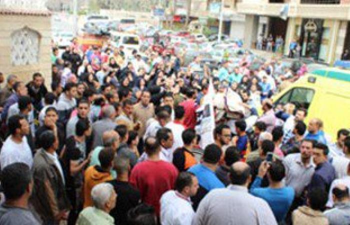 بالصور.. الآلاف يطوفون شوارع المنصورة بجثمان شهيد العريش هاتفين ضد الإرهاب