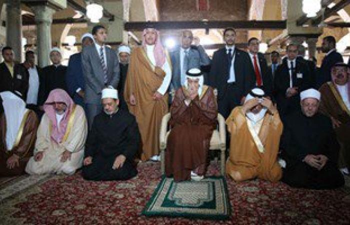 بالفيديو والصور.. خادم الحرمين والإمام الأكبر يؤديان الصلاة داخل الجامع الأزهر