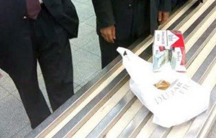 إحباط تهريب راكبة قطرية لـ ١٤٨ ألف دولار داخل خرطوشة سجائر