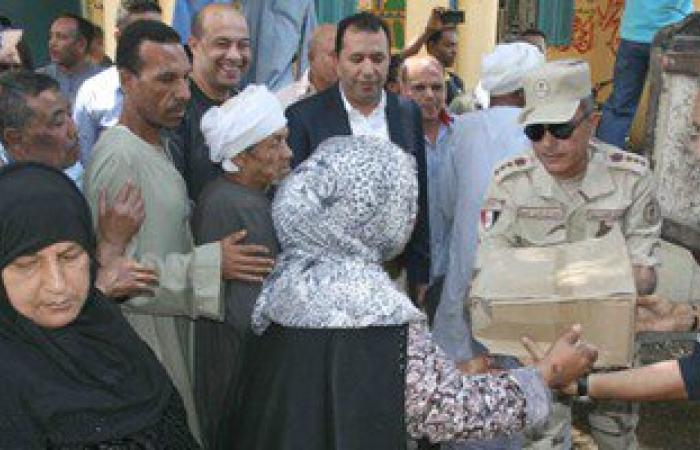بالصور.. القوات المسلحة توزع ألف كرتونة مواد غذائية على المواطنين بالأقصر