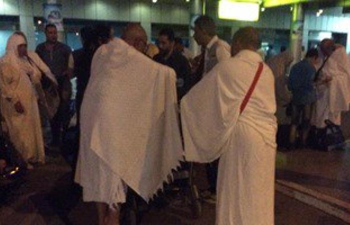 بالفيديو .. ورود وأغانى ريفية فى وداع المعتمرين بمطار القاهرة
