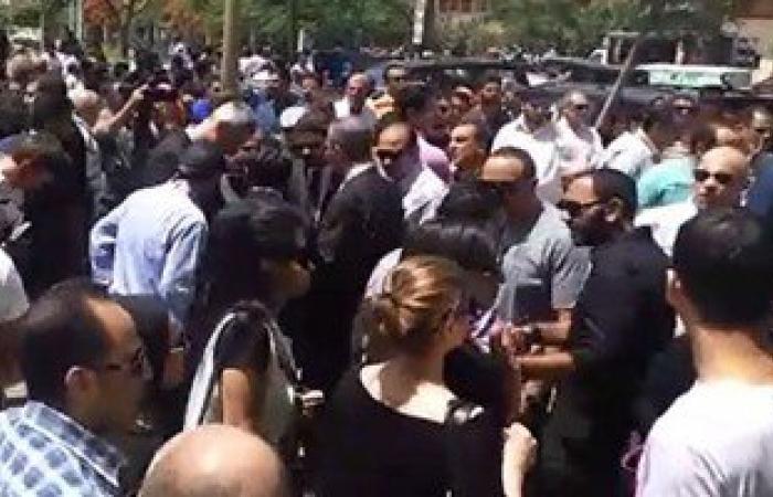 بالفيديو.. رئيس مصر للطيران يتلقى العزاء فى طاقم الطائرة بمسجد أبوبكر الصديق