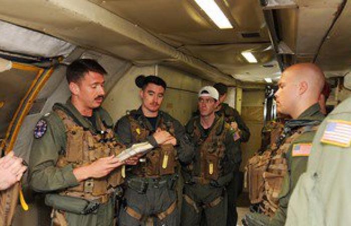 بالفيديو والصور.. البحرية الأمريكية تساعد فى البحث عن حطام الطائرة المصرية