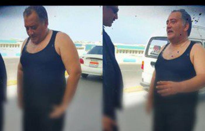 """شاهد.. عقيد شرطة يخلع """"الميرى"""" ويقفز فى البحر لإنقاذ شخص بالإسكندرية"""