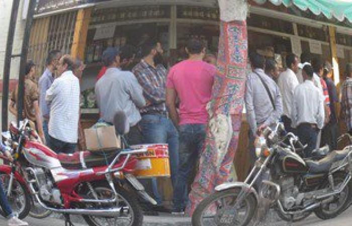 بالصور.. طوابير أمام محلات البدالين فى بورسعيد لصرف السلع التموينية
