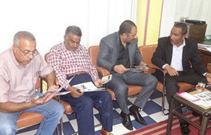بالصور.. رئيس مدينة الإقصر يناقش مشروع تشغيل الشباب فى حملات النظافة البيئية