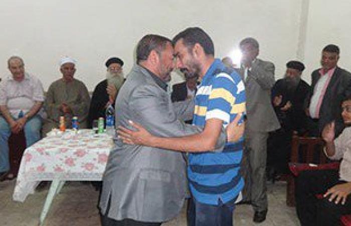 بالصور.. إنهاء خصومة بين مسلم وقبطى على يد رئيس مدينة الأقصر
