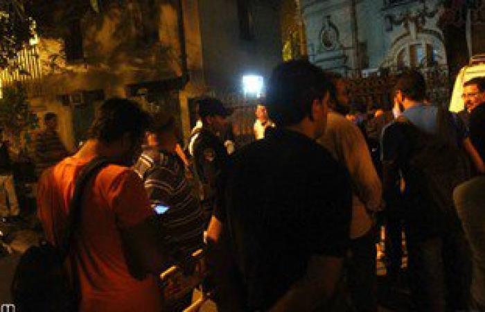 """بالصور..عشرات الصحفيين يتجمعون أمام قسم قصر النيل عقب قرار إخلاء سبيل """"قلاش""""بكفالة"""
