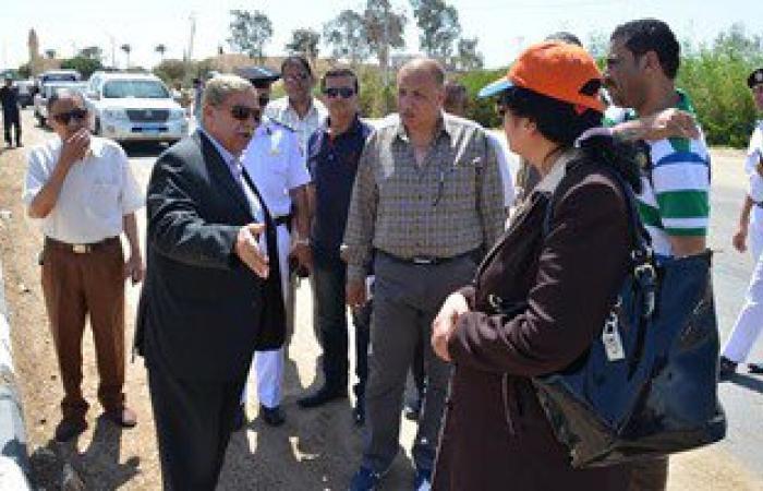محافظ الإسماعيلية يتفقد محور طريق المدخل الرئيسى لقرية سرابيوم