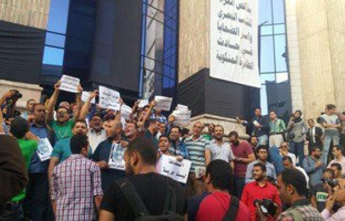 بالصور..وقفة احتجاجية للصحفيين على سلالم النقابة احتجاجا على احتجاز يحيى قلاش