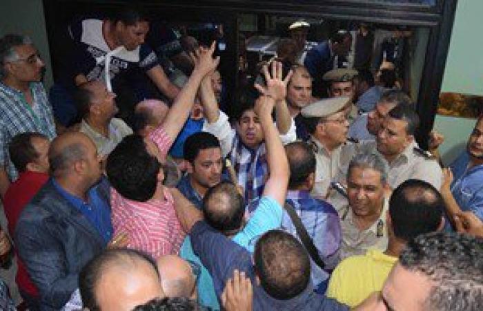 """بالصور.. محامون بالدقهلية يرفضون تسليم مقتحمى """"نقابة طلخا"""" للشرطة"""