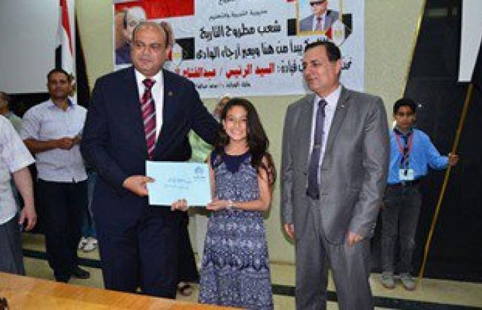 بالصور والأسماء.. محافظ مطروح يكرم أوائل الشهادتين الابتدائية والإعدادية