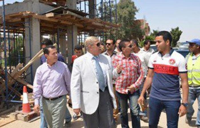 محافظ الإسماعيلية يتفقد أعمال إنشاء كوبرى المشاة الجديد بقرية المنايف