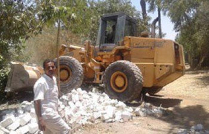 بالصور.. إزالة تعديات على أرض مخصصة لبناء محطة صرف صحى فى أخميم بسوهاج