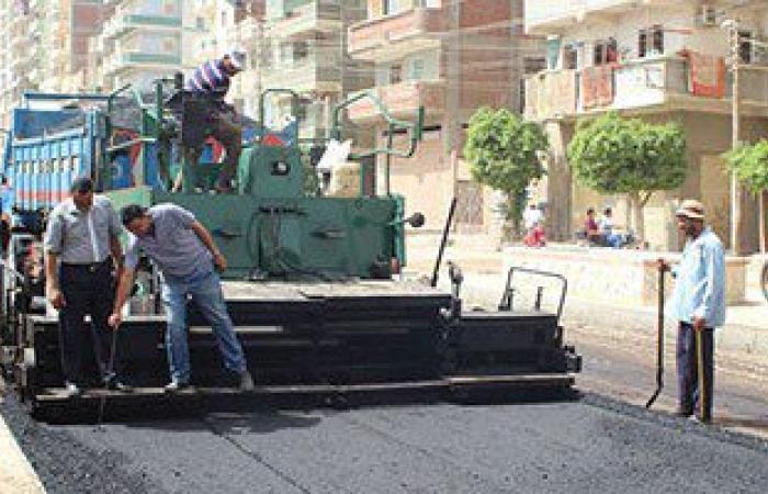 بالصور.. رصف شوارع فى مدينة دسوق بكفر الشيخ وطلاء عدد من الأسوار