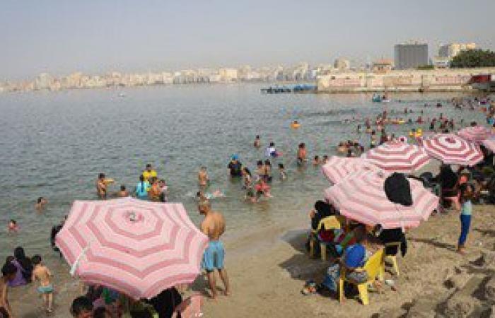 بالصور.. مواطنو الإسكندرية يهربون من الموجة الحارة إلى البحر