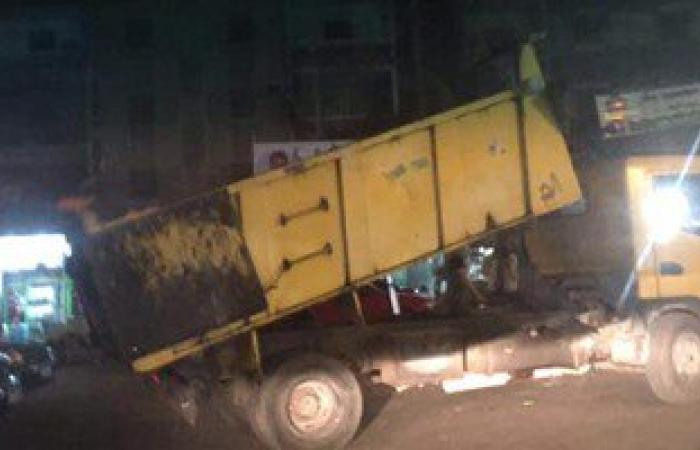 بالصور..حى المنتزه يضبط سيارة شركة قمامة تلقى بحمولتها فى ميدان بالإسكندرية