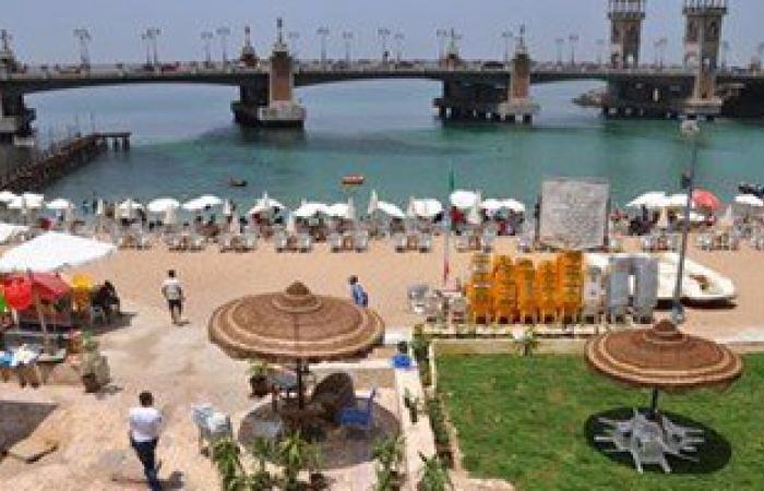 بالصور.. شواطئ الإسكندرية تتجمَّل لاستقبال موسم الاصطياف