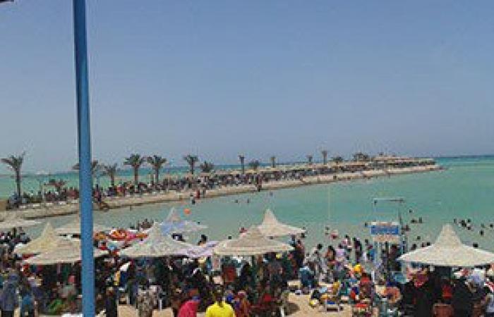 بالصور.. توافد المواطنين على شواطئ الغردقة فى ثانى أيام عيد الفطر