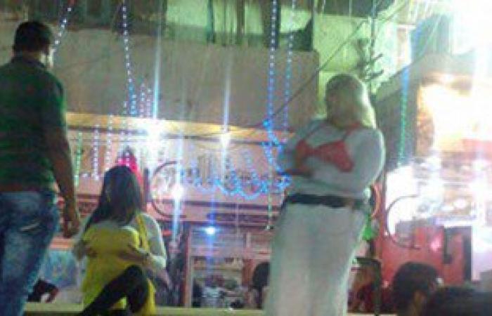 بالصور.. رجال يرتدون بدل راقصات فى افتتاح محل كشرى بالسويس
