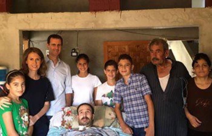 بالصور.. بشار الأسد وأسرته فى زيارة للمصابين بمنازلهم بحمص