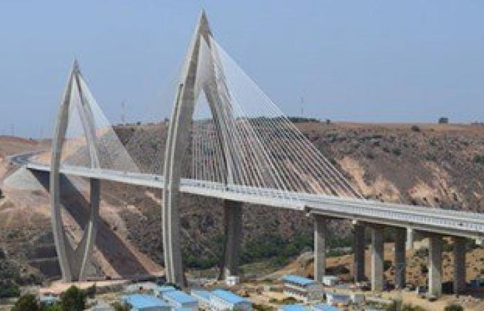العاهل المغربى يفتتح أكبر جسر معلق فى أفريقيا بطول 950 مترا
