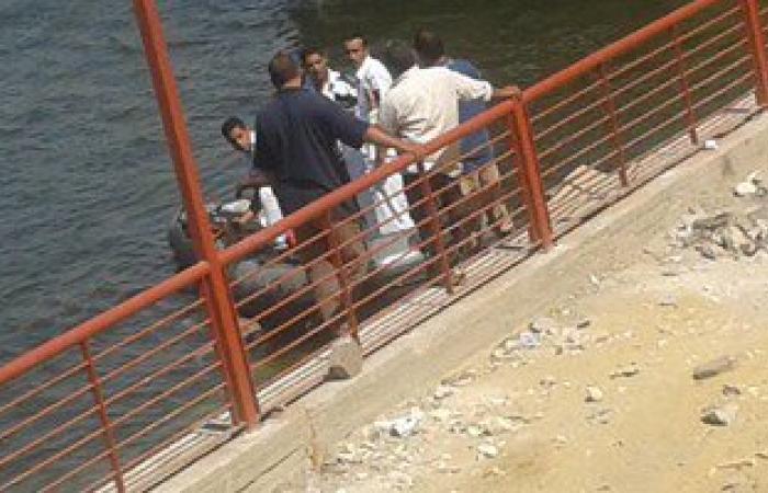 رجال الإنقاذ النهرى يبحثون عن جثة شاب غرق بمياه النيل فى المعادى