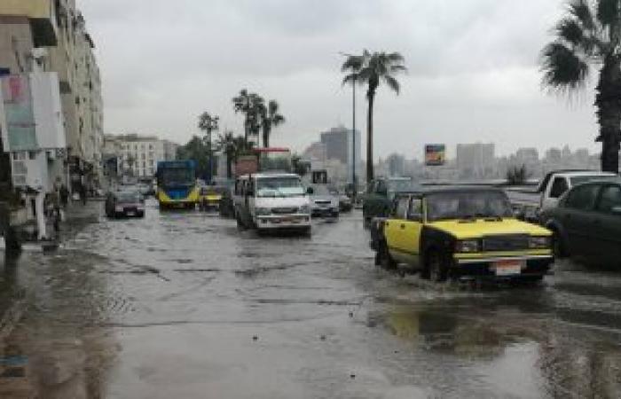 بالصور.. استمرار هطول الأمطار على الإسكندرية وشلل مرورى بالكورنيش