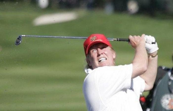 دونالد ترامب يلعب الجولف.. من هو منافسه؟