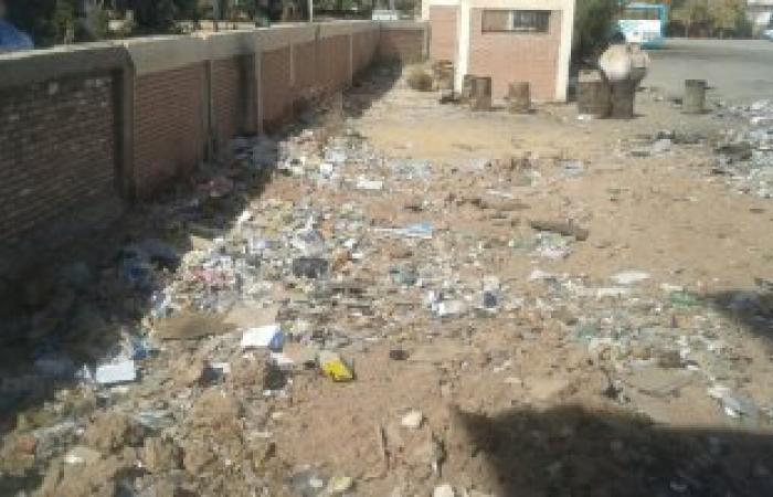 بالصور.. القمامة تحاصر مقر جراج أتوبيس الداخلة بالوادى الجديد