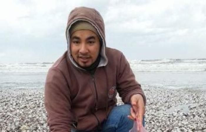 بالصور..شاب ماليزى يجمع قواقع شواطئ دمياط المهملة..ويؤكد:باهظة الثمن بماليزيا
