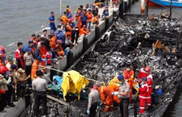 بالصور.. مصرع 5أشخاص وإنقاذ 100إثر نشوب حريق على متن قارب سياحى بإندونيسيا