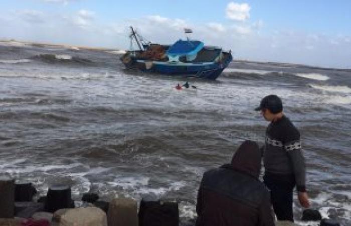 بالصور .. شحوط مركب صيد ببوغاز رشيد والصيادون يطالبون بانقاذها