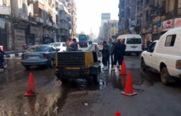 بالصور.. زحام مرورى بسبب كسر ماسورة مياه بشارع رمسيس