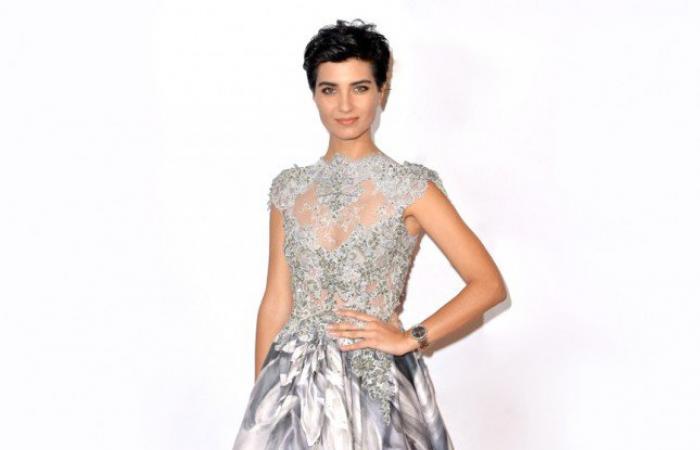 النجمات التركيات يتألقن بأجمل الفساتين