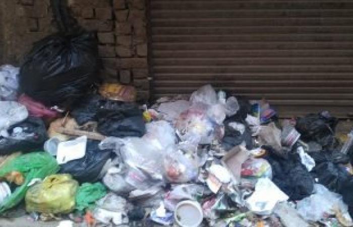 بالصور.. أهالى قليوب يشكون من تراكم القمامة أمام المنازل والمحلات