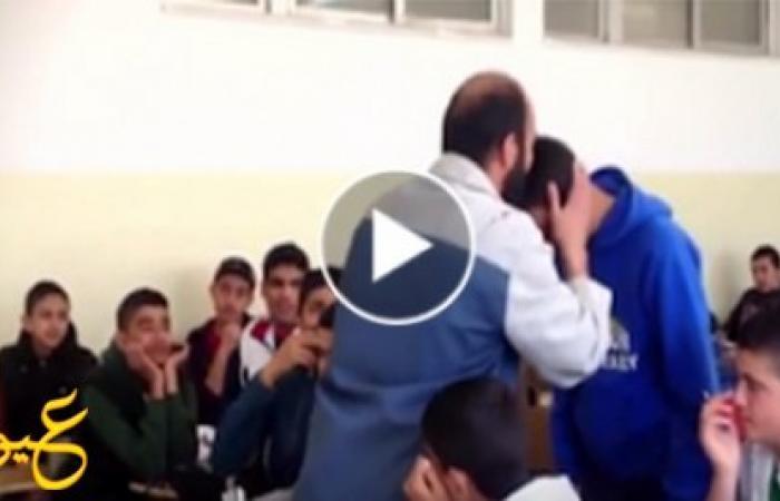بالفيديو ...مدرس يضرب طالب على وجهه بالقلم ،فقال له الطالب حكمة جعلت المدرس يقبل رأسه!