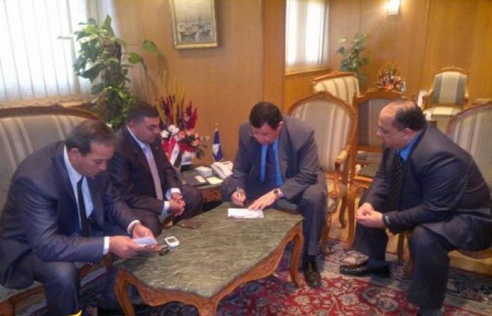 محافظ دمياط يوقع على استماره حملة بامر الشعب