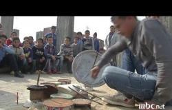 مصري موهوب يلعب مزيكا بالطبول باستخدام عبوات صفيح وبلاستيك لعدم قدرته على شراء طبول