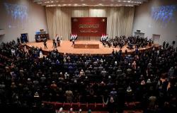 """بالفيديو... عراقي يبكي """"بحرقة"""" داخل برلمان بلاده"""