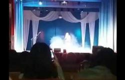 """فيديو.. لحظة وفاة مطربة بـ""""سكتة قلبية"""" على خشبة المسرح"""