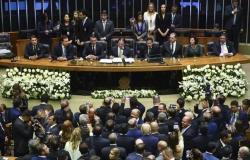 صورة .. نائبة في البرلمان البرازيلي ترتدي ملابس فاضحة وتشعل مجلس الشيوخ!