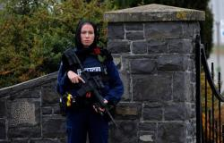 """ميشيل إيفانز""""..ضابطة نيوزلندية بالوشاح الأسود والبندقية والسترة الواقية حارثة على مقابر المسلمين"""