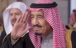 """الملك سلمان يقوم بزياة مفاجئة ويلتقي """"مستشار الملوك"""" في منزله (فيديو)"""