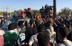 لحظة القبض على وزير سوداني سابق في مطار الخرطوم (فيديو)