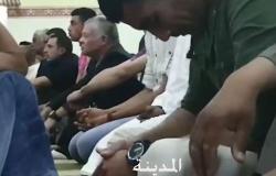 فيديو : الملك يصلي الجمعة في مسجد المخيبة بعد زيارة مفاجئة لاسرتين عفيفتين