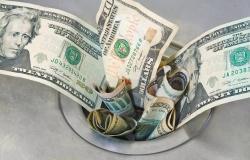 محدث.. الدولار يواصل الهبوط عالمياً بعد بيانات اقتصادية سلبية